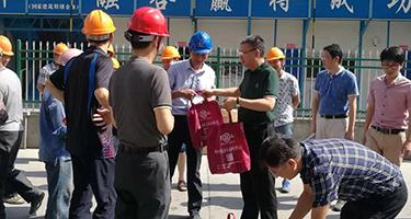 夏日送清凉!镜湖新区开发办领导慰问威廉希尔app集团一线员工!